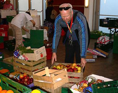 Die Lebensmittelausgabe wird organisiert