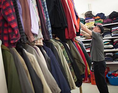 Auch Kleidung, Bücher und andere Dinge werden verteilt