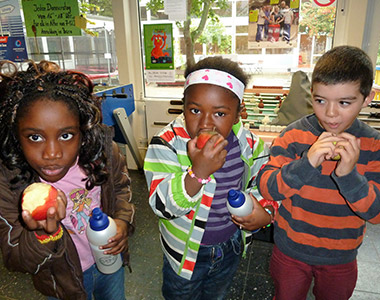 Die Kinder genießen die gespendeten Äpfel